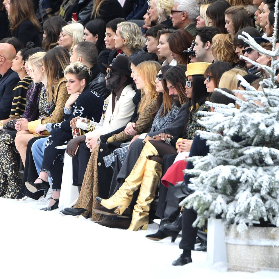 Viele bekannte und traurige Gesichter sind in der Front Row bei Chanel zu sehen gewesen.