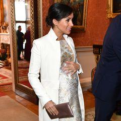 Beim Empfang zum 50. Jahrestag der Investitur von Prinz Charles hält Meghan wieder die Hand auf ihrem Babybauch.