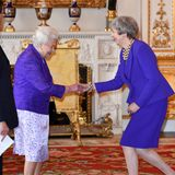5. März 2019  Ob der zufällige Partnerlook beim Treffen von Queen Elizabeth und Premierministerin Theresa Mayfür die beiden nun witzig oder doch eher peinlich war und weggelächelt wurde, wissen wir nicht. Wir finden dieses Zusammentreffen in leuchtendem Lila jedenfalls ziemlich lustig.