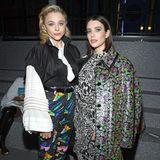 Chloe Moretz hat im Inneren des Louvres Emma Roberts gefunden. Zusammen bilden sie ein wild gemustertes Duo.