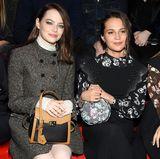 Emma Stone und Alicia Vikander kennen sich bereits von den vielen Preisverleihungen in Hollywood. Da steht schnell fest: Die zwei werden nebeneinander sitzen.