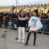 Die Smith-Geschwister sind zusammen nach Paris gekommen. Händchen haltend stellen sie sich den Fans und Fotografen.
