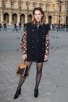 Außerhalb des Louvres posiertLéa Seydoux für die Fotografen. Eine halbe Stunde später nimmt sie ihren Platz in dem Prunkgebäude ein.