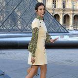 Nina Dobrev muss ebenfalls an der gläsernen Pyramide vorbei, um ins Louvre zu gelangen.