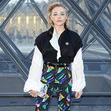 In einem ganz schön extravaganten Style zeigt sich Chloe Moretz kurz vor der Schau.