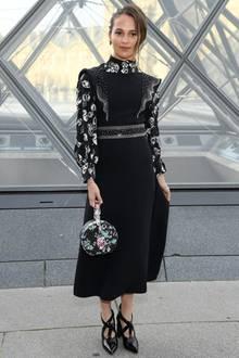 Oscar-GewinnerinAlicia Vikander lässt es sich ebenfalls nicht nehmen, zu der Fashionshow zu kommen.