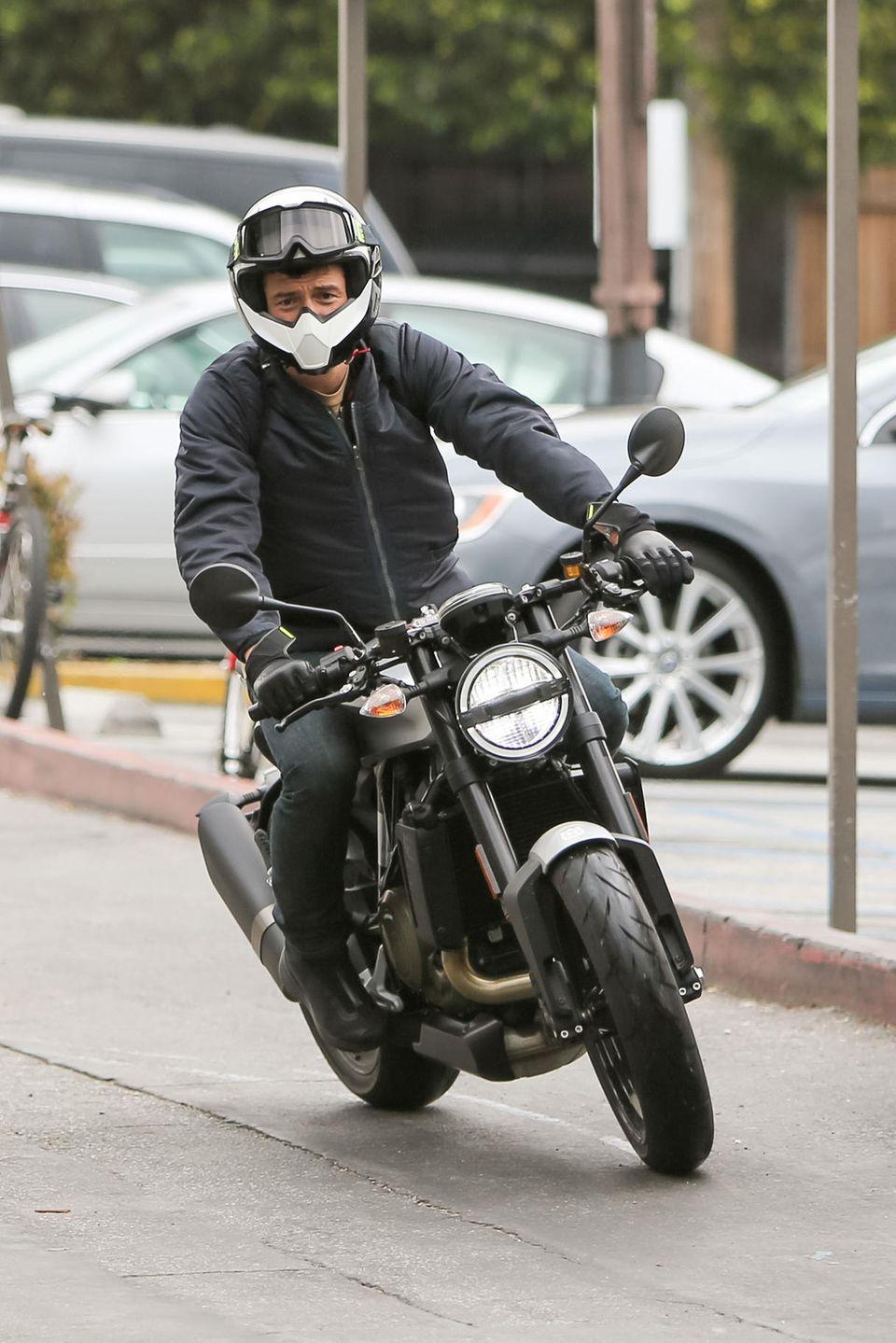 5. März 2019  Welchen Star haben die Paparazzi hier auf seinem Motorrad gesichtet?