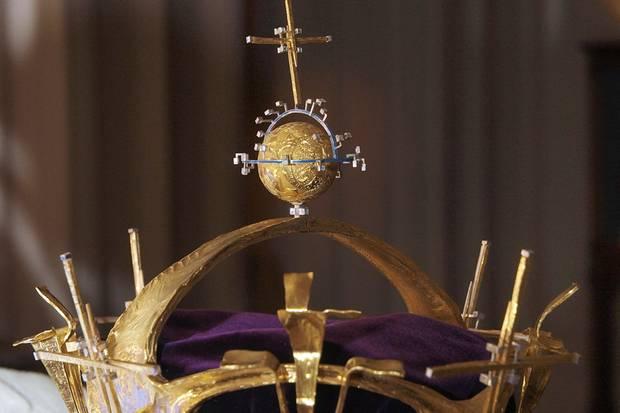 """Diese Krone trug Prinz Charles bei seiner Ernennung zum """"Prinz von Wales"""" am 1. Juli 1969. Die mit Gold überzogenen Kugel ist in Wahrheit ein Ping-Pong-Ball"""