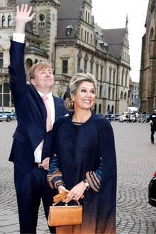 Auf dem Rathausplatz winkt Willem-Alexander fröhlich den Fans zu.