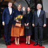 Vor dem Rathaus posiert das niederländische Königspaar mit dem Bürgermeister der Freien Hansestadt Bremen, Carsten Sieling, und dessen Frau Alexia Sieling.