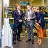 Erste Station am Morgen ist der Besichtigung von Airbus Defence & Space, das auf militärische und zivile Raumfahrtsysteme spezialisiert ist. Máxima lässt sich fasziniert die Weltraumtechnik erklären.