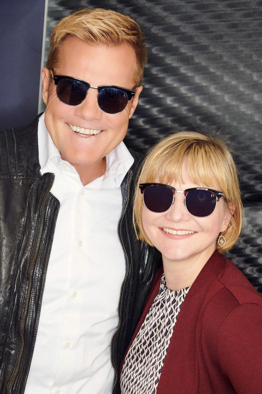 """Dieter Bohlen und GALA-Redakteurin Julia Nothacker posieren auf der Blogger-Party in Hamburg mit Dieters Sonnenbrillen, die der Poptitan zusammen mit""""Edel Optics"""" entworfenhat"""