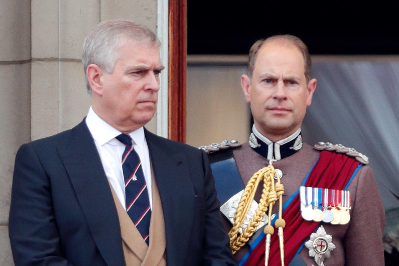 Prinz Andrew (l.) und Prinz Edward (r.), die jüngeren Brüder von Prinz Charles