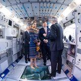 """Willem-Alexander und Máxima schauen sich das """"Columbus""""-Modul an, ein in Bremen entwickeltes Weltraumlabor."""