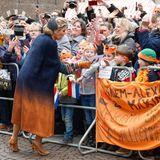 Beim anschließenden Rundgang auf dem Markplatz wird Königin Máxima von vielen großen und kleinen Fans begrüßt.