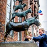 Willem-Alexander und Máxima freunden sich mit den Bremer Stadtmusikanten an, dem Wahrzeichen der Stadt.