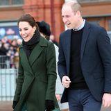 """Bei ihrem Besuch im britischen Blackpool zeigt Herzogin Catherine ihre """"wilde"""" Seite: Denn unterihrem dunkelgrünen Mantel trägt die 37-Jährige ein Midi-Dress mit schönem Pfauenmuster ..."""