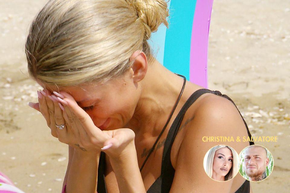 Vorgeschmack auf Folge 3:Christinas Sorge vor dem zweiten Lagerfeuer lässt sie am Strand in Tränen ausbrechen.