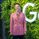 """Prinzessin Victoria besucht in einem rosa Blazer das Google-Headquarter in Stockholm. Wer die Jacke jetzt in der Suchmaschine suchen möchte: Geben Sie doch einmal """"victoria rodebjer"""" ein. So finden Sie schnell heraus, dass sie den Blazer des schwedischen Labels schon einmal trug - nur in einer anderen Kombination."""