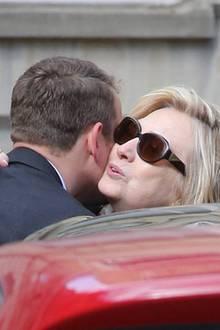 Mayas Sohn Moritz Flick begrüßt Hillary Clinton.