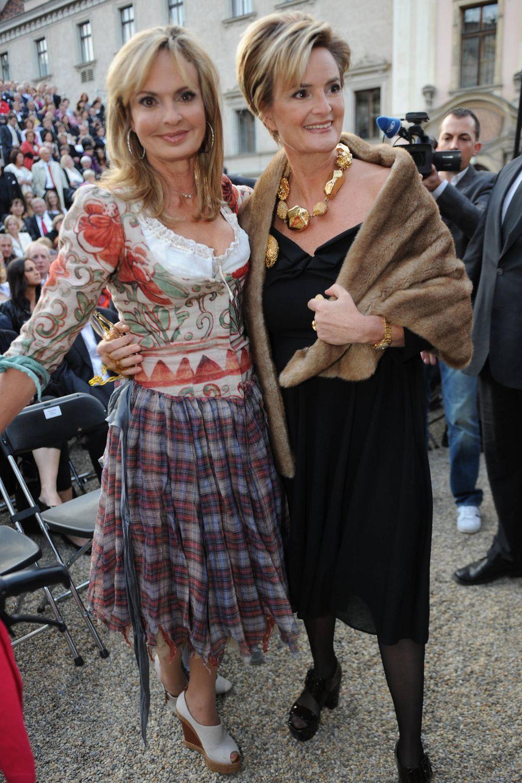 Ein Bild aus glücklichen Tagen: Fürstin Gloria von Thurn und Taxis hält ihre Schwester Maya von Schönburg-Glauchau im Arm.