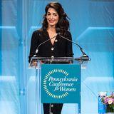 """Schon lange bevor Amal den Hollywood-Größe George Clooney heiratet, ist sie der wahre Star der beiden. In 2000 schließt sie ihr Studium in Oxford ab, hängt einen Master in New York an und arbeitet von dort an als erfolgreiche Rechtsanwältin und Menschenrechtlerin. Bei der """"Pennsylvania Conference for Women"""" Ende 2018 tritt sie als eine der Hauptsprecherinnen auf und fordert, dass jedem gleichermaßen zugehört wird - ganz unabhängig von seinem Geschlecht."""