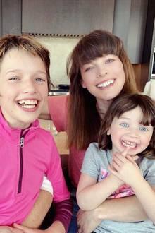 4. März 2019  Als Erinnerung an Papa Paul W. S. Andersons tolle Geburtstagsfeier rückt die Familie für ein fröhliches Gruppenfoto zusammen. Seine Töchter Ever und Dashiel undEhefrau Milla Jovovich sorgen sichtbar für gute Laune.