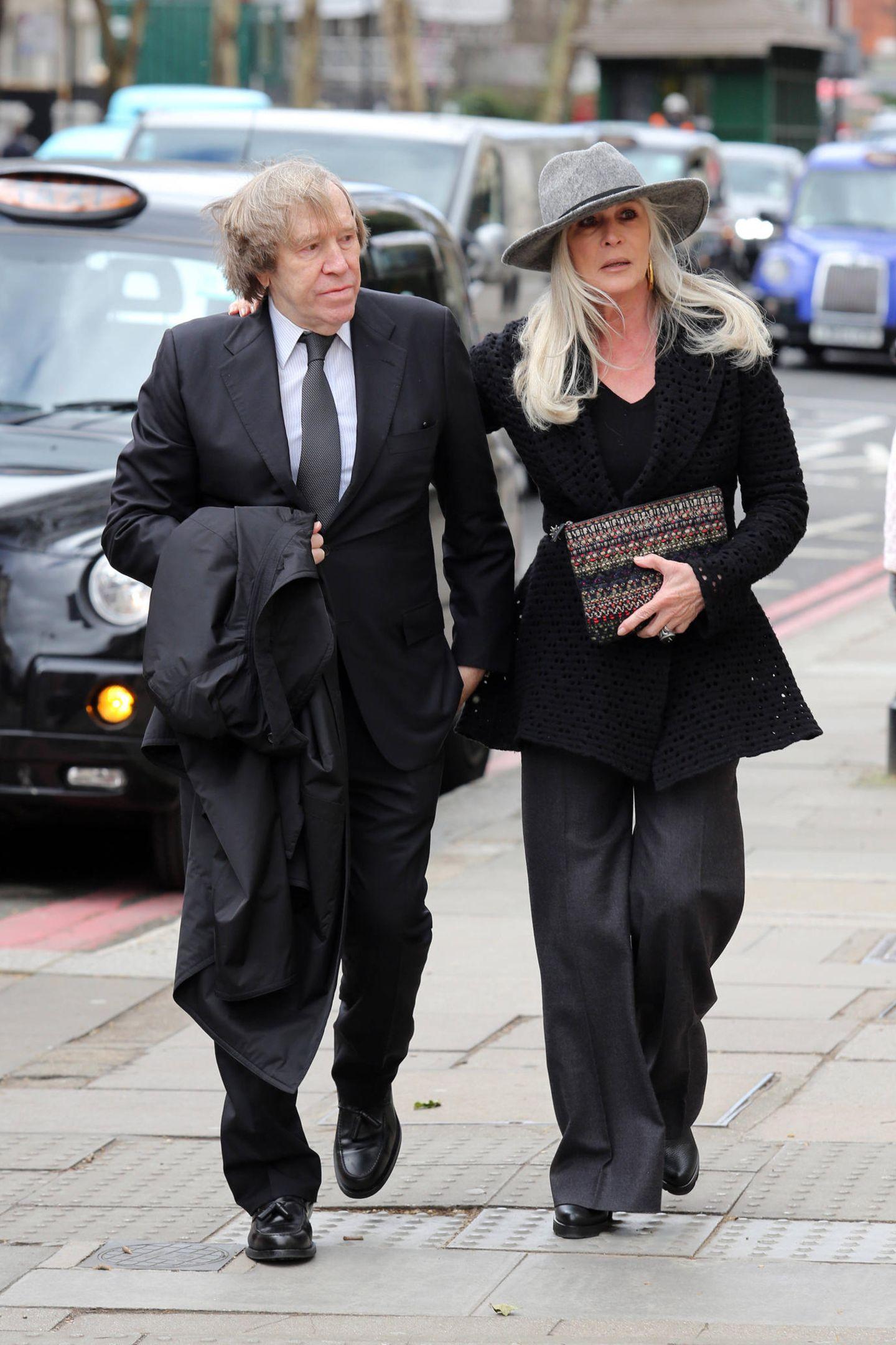 Der frühere Fußballprofi Günter Netzer ist mit seiner Frau Elvira angereist.
