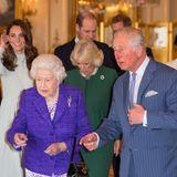 """Zu den Feierlichkeiten des50. Jahrestages seiner offiziellen Amtseinführung als """"Prince of Wales"""", fiel seine Gattin Herzogin Camilla mit einem besonderen Accessoireauf - und sie trug es nicht zum ersten Mal. Ihremit Diamanten, Rubinen und Smaragden besetzteBrosche ist ein Schmuckstück der verstorbenen Lady Diana(†), welches siedamals zur Hochzeitvon der Queen persönlich geschenkt bekommen hat."""