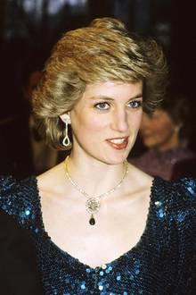 Lady Di trug die wunderschöne Brosche bei ihrem Besuch 1986 in Wien. Nach der Scheidung vonPrinz Charlesim August 1996 gingdas Schmuckstückzurück in den königlichen Besitz über und wurde dort als Erbstück verwahrt.