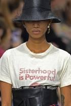 """""""Sisterhood is Powerful"""" prangt auf den Shirts von Dior."""