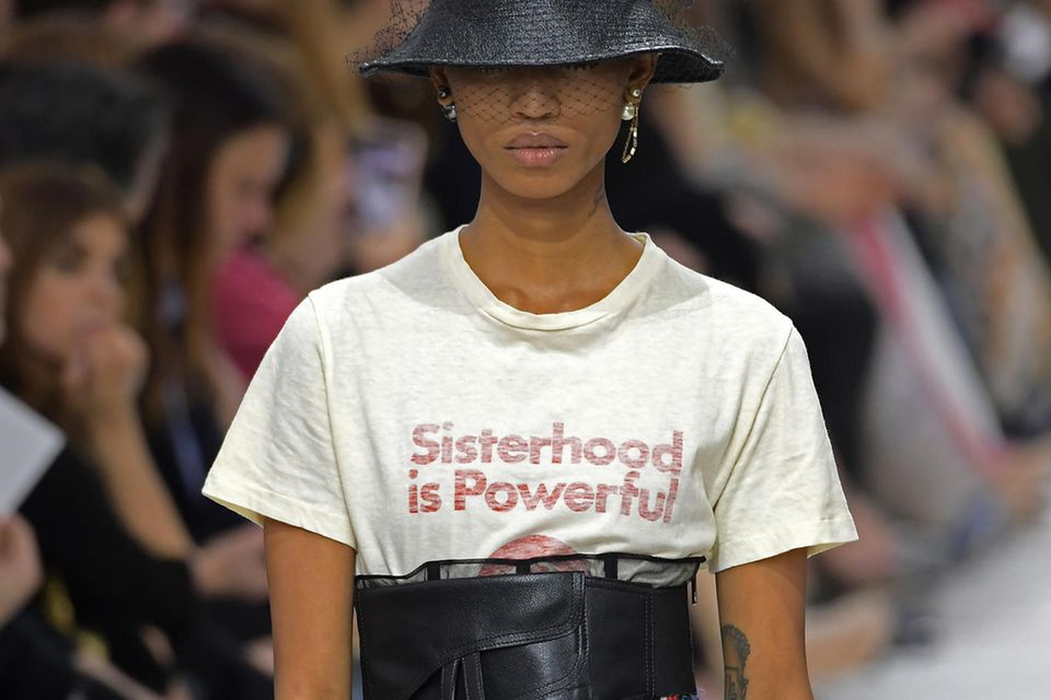 """Sisterhood is Powerful"" prangt auf den Shirts von Dior."