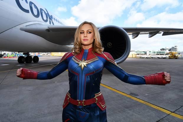 Captain Marvel macht 'nen Abflug! Beziehungsweise ihre Wachsfigur am Flughafen Manchester, von wo aus sie anlässlich des Internationalen Frauentagszu Madame Tussaud's Blackpool gebracht wird. Und die ist wirklich gelungen, wir mussten genau hinsehen, ob es nicht doch die echte Brie Larson ist.