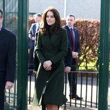 Den grünen Sportmax-Mantel trug Catherine schon einmal, im Februar 2016 bei dem Besuch einer Grundschule in Edinburgh. Damals allerdings mit zarten Gürtel um die Taille.