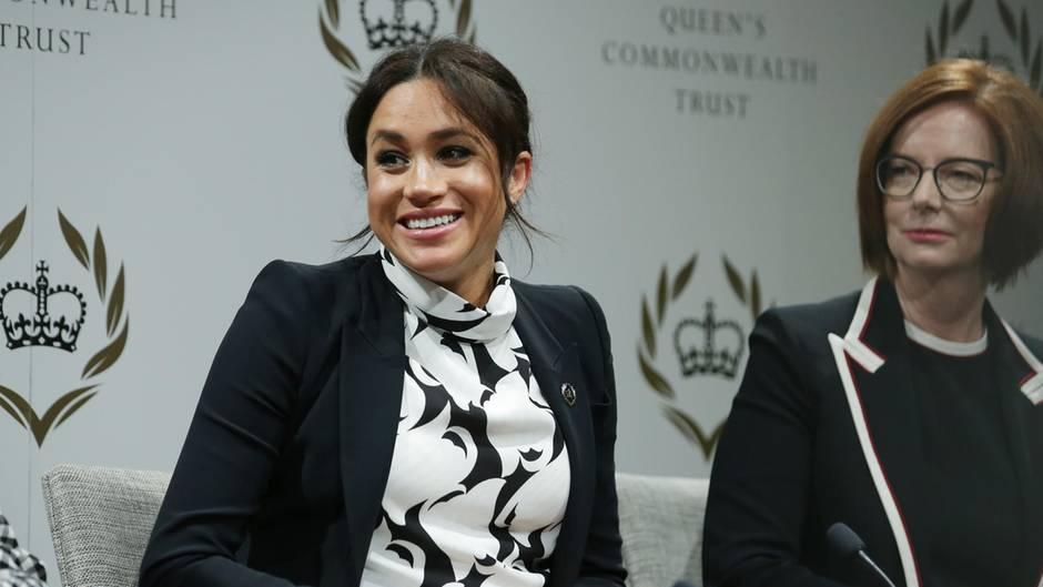 """Herzogin Meghan bei einer Podiumsdiskussion des """"Queen Commonwealth Trust"""""""