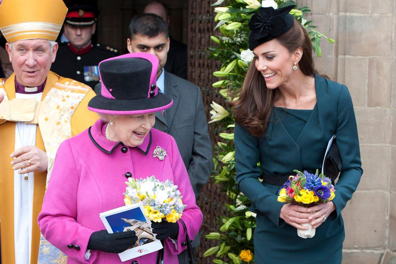 Queen Elizabeth und Herzogin Catherine bei ihrem ersten - und bisher einzigen- Auftritt nur zu zweit in Leicester am 8. März 2012