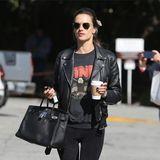 7. März 2019  In LAs Stadtteil Brentwood zeigt sich Supermodel Alessandra Ambrosio mit Kaffe und rockigem Outfit.