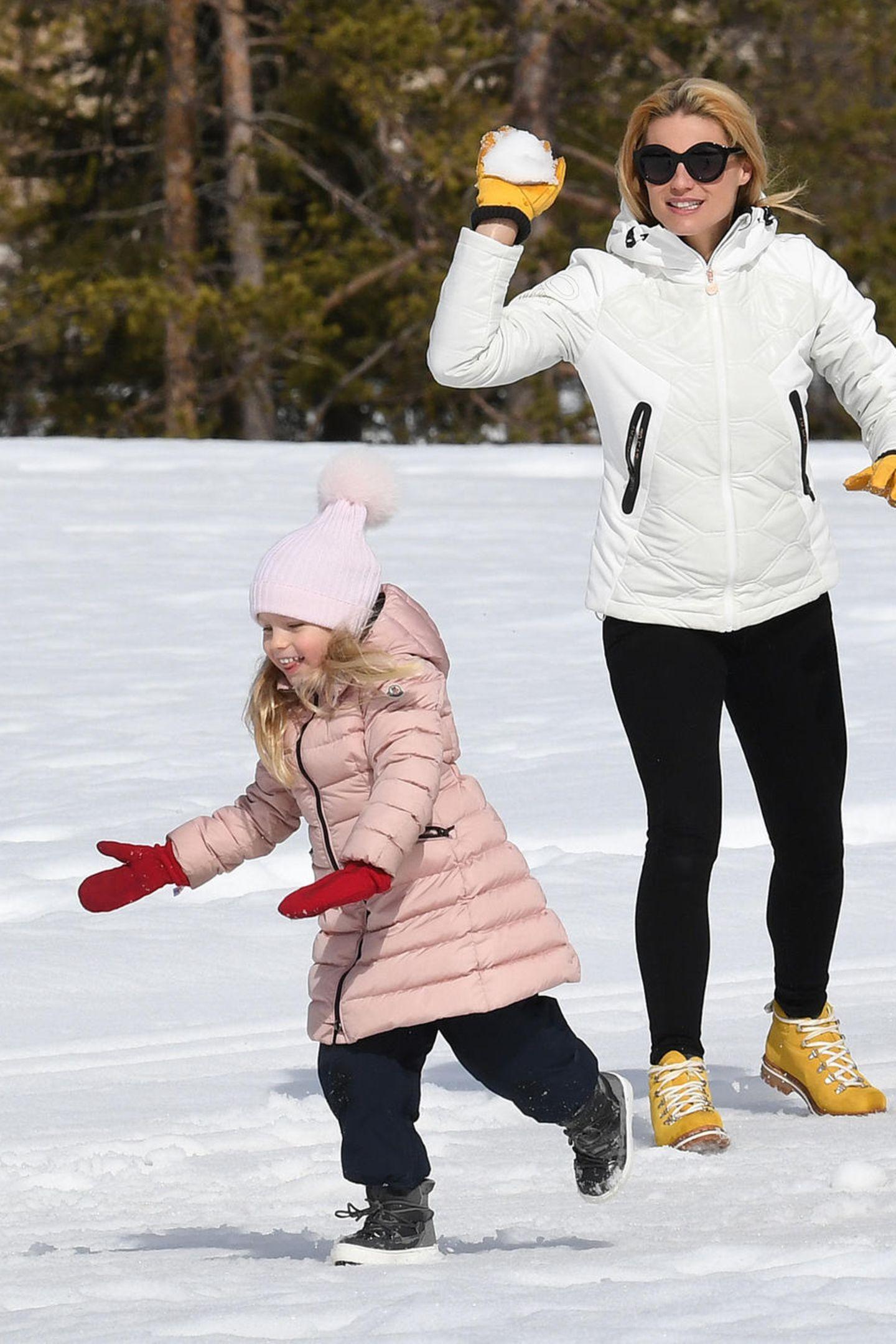 9. März 2019   In der zauberhaften italienischen GemeindeSt. Kassian spielt Michelle Hunziker mit ihren Töchtern Sole und Celeste im Schnee ...