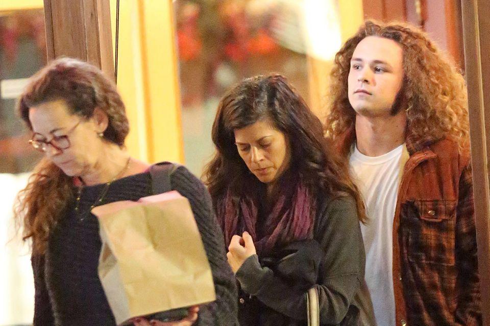 Luke Perrys Familie - Ex-Frau Minnie Sharp (l.), Verlobte Wendy Madison Bauer (Mitte) und Sohn Jack (r.) - verlässt am 8. März 2019 ein Restaurant in Los Angeles