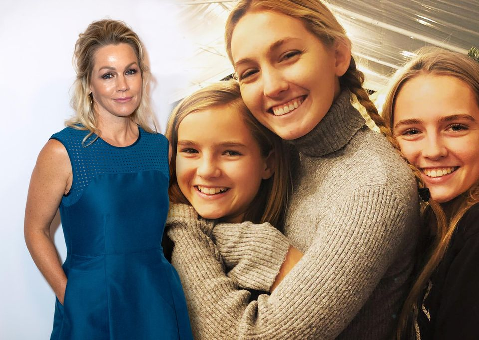 """Die hübschen Mädchen sind die Töchter von """"Beverly Hills 90210""""-Star JennieGarth, 46(v.l.n.r.): Fiona Eve, 12, Luca Bella, 21, und Lola Ray, 12. Zum Internationalen Frauentag am 8. März postet die Schauspielerin den süßen Schnappschuss ihrer Liebsten auf Instagram. Papa ist """"Twilight""""-Star Peter Facinelli, mit dem Garth von 2001 bis 2013 verheiratet war."""