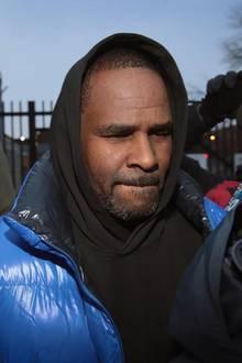 R. Kelly muss sich wegen sexuellen Missbrauchs vor der Justiz verantworten. Hier ist er am 25. Februar 2019 bei seiner Entlassung aus der U-Haft aus einem Gefängnis in Chicago zu sehen. Die Kaution von 100.000 Dollar soll laut US-Medienberichtenein weiblicher Fan gestellt haben.
