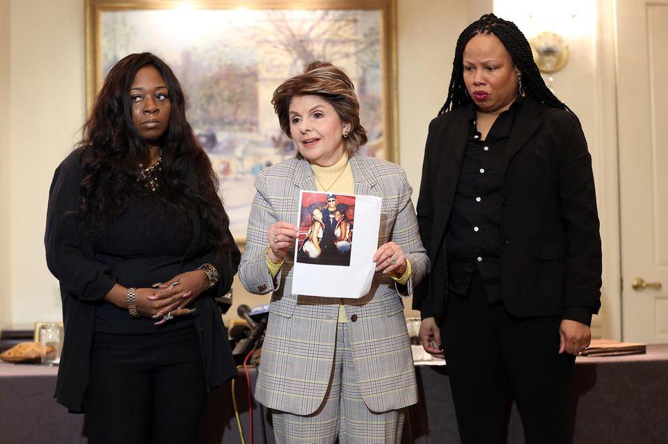 Rochelle Washington (l.) und Latresa Scaff (r.) sind zwei der Frauen, die behaupten, als Minderjährige von R. Kelly missbraucht worden zu sein. An der Seite ihrer Anwältin Gloria Allred (Mitte) bekräftigen sie ihre Vorwürfe bei einer Pressekonferenz am 21. Februar 2019 in New York.