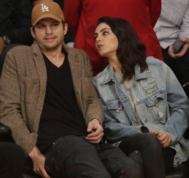 Januar 2019  Zeit für süße Albernheiten: Während eines Heimspiels der Los Angeles Lakers zeigen sich Ashton und Mila gut gelaunt.