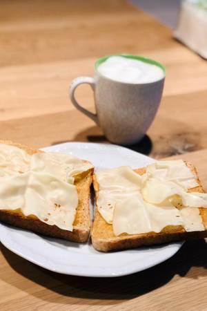 Jana Ina frühstückt Dinkeltoast mit Käse