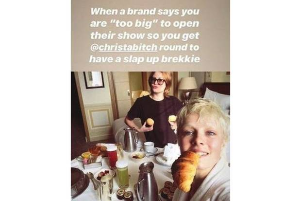 Edie Campbell begegnet dem Bodyshaming mit Humor - und gönnt sich erst einmal ein Croissant.
