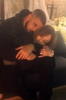 Drake  Es gab sie wohl, aber so richtig in Gang gekommen ist JennifersLiaison mit Rapper Drake Ende 2016, Anfang 2017nicht. Außer einigen Instagram-Bildern gab es nicht Offizielles, keine gemeinsamen Red-Carpet-Auftritte, keine Liebesschwüre. Vielleicht hat es mit einemAltersunterschied von 13 Jahren einfach nicht gepasst.