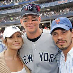 Das Lustige ist, dass A-Rod und Jennifer sich schon seit einigen Jahren kennen. Hier posiert das Ehepaar Lopez-Anthony im Mai 2005mit dem Yankees-Star. Aber der Reihe nach ...