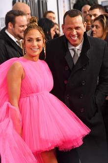 Ex-Baseballprofi Alex Rodriguez ist der Glückliche, der Superstar Jennifer Lopez einen funkelnden Diamantring an den Finger stecken durfte. Ob die Beziehung hält, wird sich zeigen. Angesichts drei gescheiterter Ehe und einer gelösten Verlobung könnte man JLo kein allzu glückliches Händchen bei der Wahl ihrer Männer attestieren.