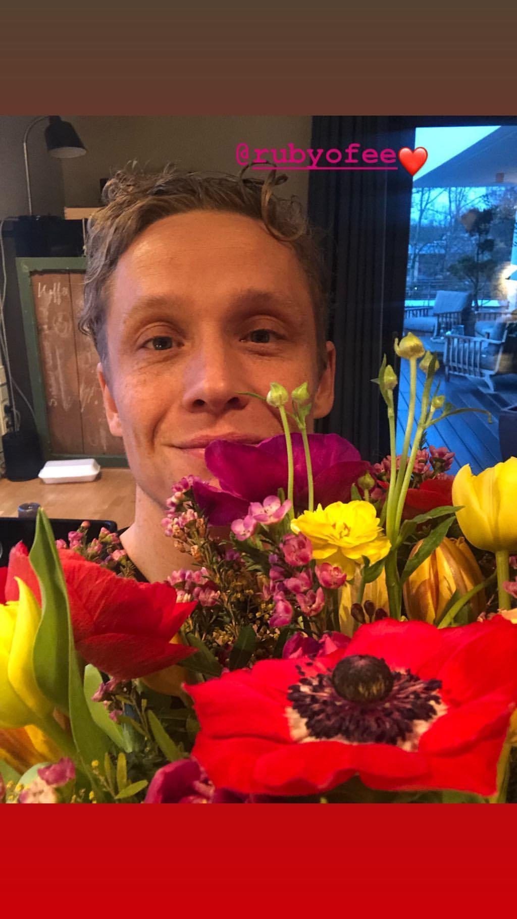 Freut sich Matthias Schweighöfer hier über Geburtstagsblumen von Ruby O. Fee?