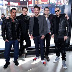 """New Kids on the Block  Aus den """"New Kids"""" sind mittlerweile gestandene Männer geworden. Jonathan Knight, Donnie Wahlberg, Jordan Knight, Danny Wood und Joey McIntyre (v.l.) sind sogar schon seit 2008 wieder im Musikbusiness aktiv, und von 2010-12 gab es sogar eine Zusammenarbeit mit den Backstreet Boys."""
